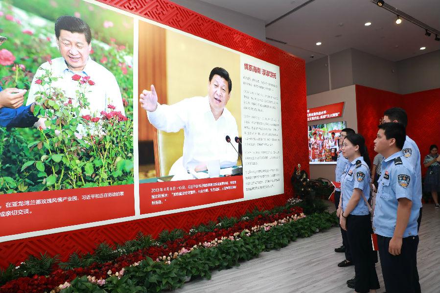 海南政法职业学院师生参观海南建省办经济特区30周年成就展